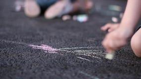 Niños que dibujan en el patio almacen de metraje de vídeo