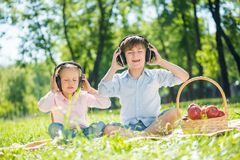 Niños que disfrutan de música Imágenes de archivo libres de regalías