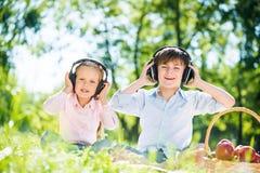 Niños que disfrutan de música Imagen de archivo