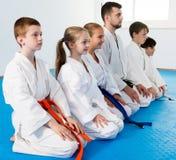 Niños que disfrutan de sus entrenamientos con el coche en el karate Fotografía de archivo libre de regalías