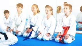 Niños que disfrutan de sus entrenamientos con el coche en el karate Imagenes de archivo