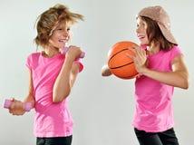 Niños que ejercitan con pesas de gimnasia y la bola Imagenes de archivo