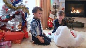 Niños que engañan alrededor cerca del árbol de navidad metrajes