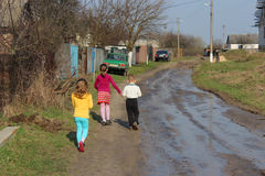 Niños que entran en pueblo ucraniano Fotografía de archivo