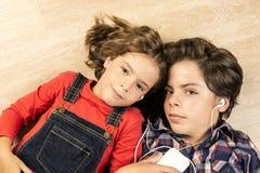 Niños que escuchan la música Imagen de archivo libre de regalías