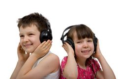 Niños que escuchan la música en los auriculares Imagen de archivo libre de regalías