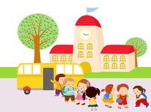 Niños que esperan para conseguir en el autobús Foto de archivo