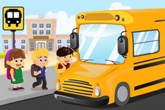 Niños que esperan para conseguir en un autobús escolar Imágenes de archivo libres de regalías