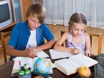 Niños que estudian con los libros dentro Imagen de archivo