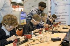 Niños que estudian la máquina de la carpintería Fotografía de archivo