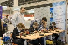 Niños que estudian la máquina de la carpintería Fotografía de archivo libre de regalías