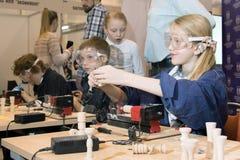 Niños que estudian la máquina de la carpintería Fotos de archivo