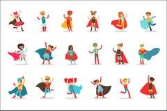 Niños que fingen tener superpoderes vestidos en trajes del super héroe con los cabos y máscaras fijadas de caracteres sonrientes libre illustration