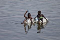 Niños que flotan abajo del Nilo Imagen de archivo