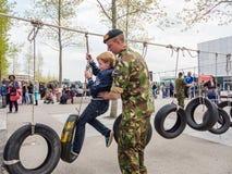 Niños que funcionan con la carrera de obstáculos militar Imagen de archivo libre de regalías