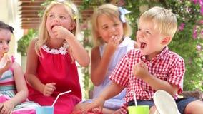 Niños que gozan de la comida en el partido almacen de video