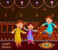 Niños que gozan del petardo que celebra el festival de Diwali de la India