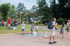 Niños que hacen burbujas Imagen de archivo