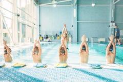 Niños que hacen ejercicio en piscina Foto de archivo libre de regalías