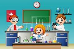 Niños que hacen el experimento en el laboratorio ilustración del vector