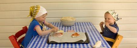 Niños que hacen la pizza Foto de archivo libre de regalías