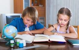 Niños que hacen la preparación Imagen de archivo libre de regalías