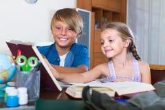 Niños que hacen la preparación Imagenes de archivo