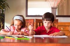 Niños que hacen la preparación Foto de archivo libre de regalías