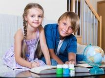 Niños que hacen la preparación ordinaria junta Fotografía de archivo libre de regalías