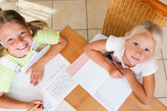 Niños que hacen la preparación para la escuela imagen de archivo