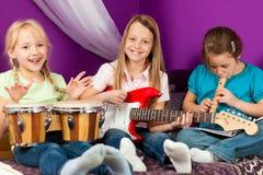 Niños que hacen música foto de archivo