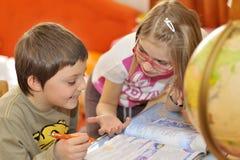 Niños que hacen una cierta preparación Foto de archivo