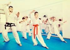 Niños que intentan movimientos marciales en clase del karate fotos de archivo libres de regalías