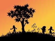 Niños que juegan afuera libre illustration