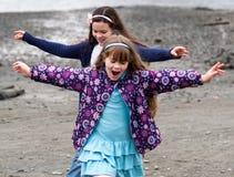 Niños que juegan afuera Foto de archivo libre de regalías