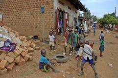 Niños que juegan afuera en allí vecindad Imágenes de archivo libres de regalías