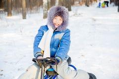 Niños que juegan afuera en invierno Fotografía de archivo