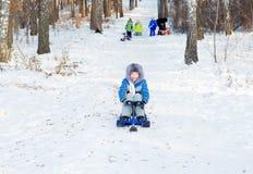 Niños que juegan afuera en invierno Foto de archivo libre de regalías