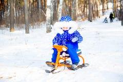 Niños que juegan afuera en invierno Fotografía de archivo libre de regalías