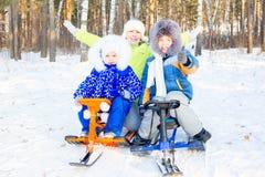 Niños que juegan afuera en invierno Fotos de archivo