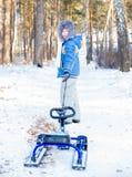 Niños que juegan afuera en invierno Fotos de archivo libres de regalías