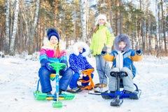Niños que juegan afuera en invierno Imagen de archivo libre de regalías