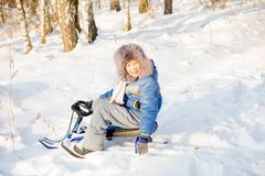 Niños que juegan afuera en invierno Foto de archivo