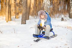 Niños que juegan afuera en invierno Imagenes de archivo