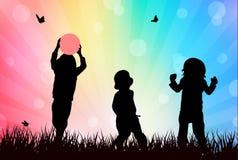 Niños que juegan al aire libre Imagen de archivo libre de regalías