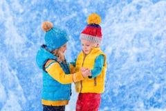 Niños que juegan al aire libre en invierno Imagen de archivo