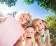 Niños que juegan al aire libre en parque de la primavera Fotografía de archivo