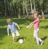 Niños que juegan al balompié Imágenes de archivo libres de regalías