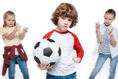Niños que juegan al balompié imagenes de archivo