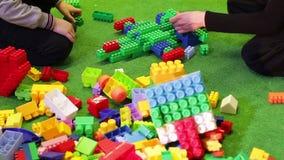 Niños que juegan al constructor almacen de video